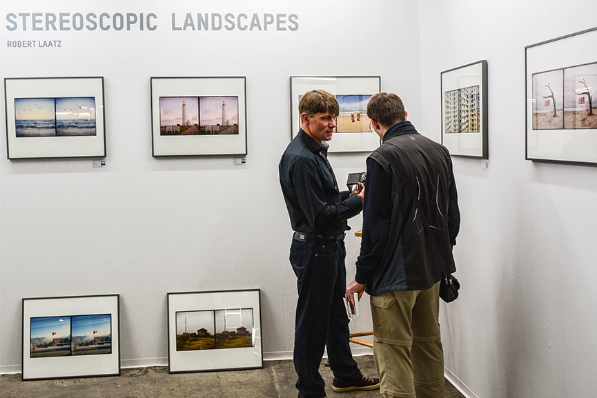 Robert Laatz presenting his stereoscopic landscapes to a visitor of the DAF trade fair.