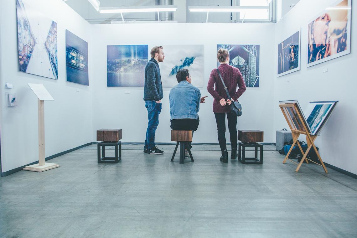Besucher der Discovery Art Fair, einer Messe für bezahlbare Kunst
