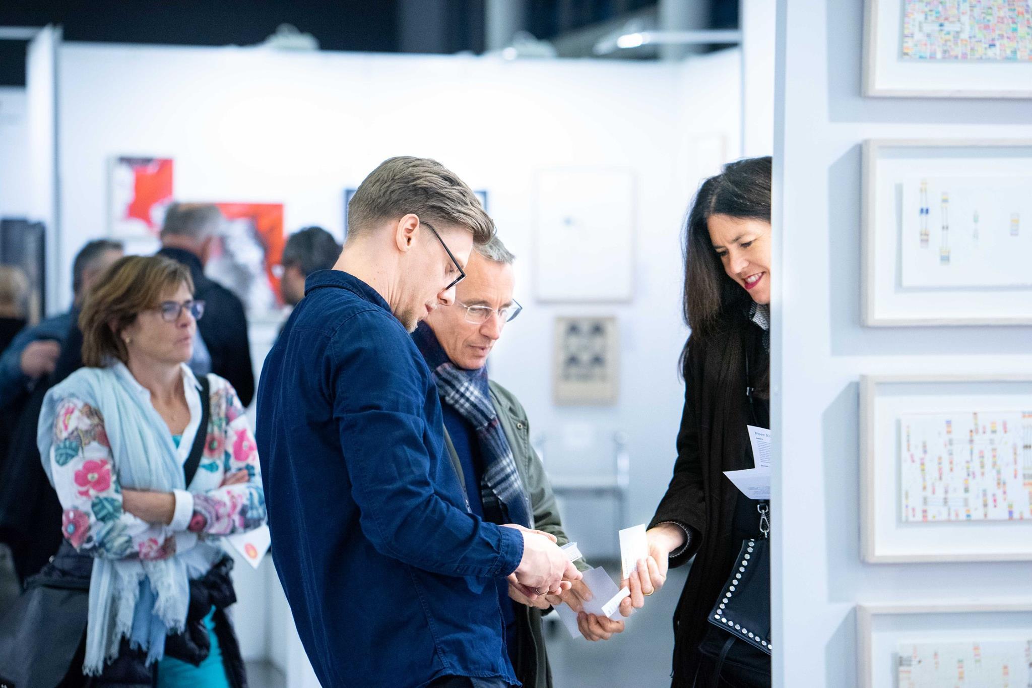 Eine Galeristin im Gespräch auf der DAF 2018 in Frankfurt/Main