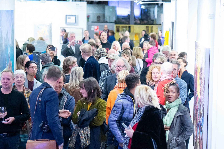 Besucher der ersten Discovery Art Fair in Frankfurt erkunden die Ausstellung
