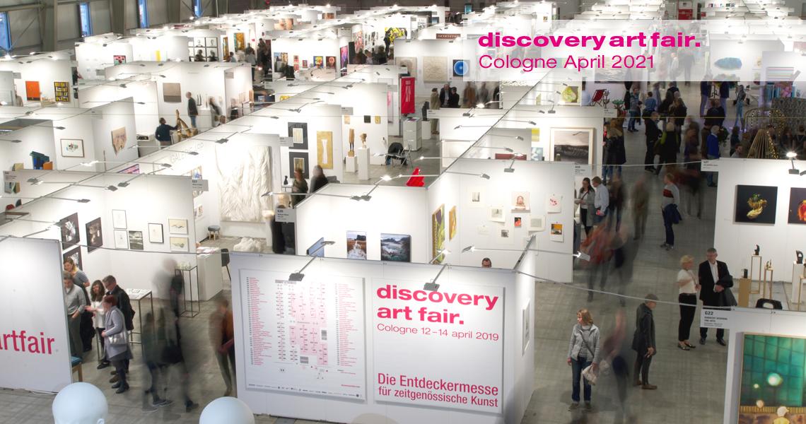 Galeristen, Künstler, Sammler und kunstinteressierte Besucher streifen über die Kunstmesse Discovery Art Fair in Frankfurt.