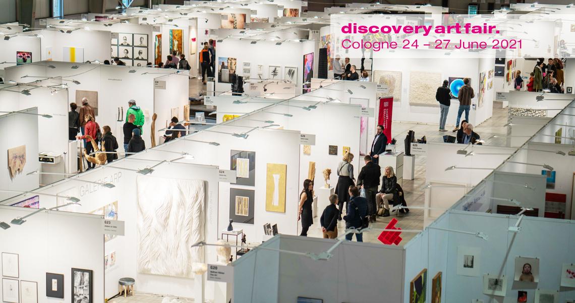 Hallenansicht der Kunstmesse Discovery Art Fair mit in Messekojen präsentierten Kunstwerken internationaler Künstlerinnen und Künstler